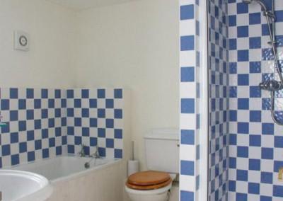 Polgoon-holiday-cottage-bathroom